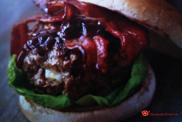 Hamburger con bacon e salsa ketchup