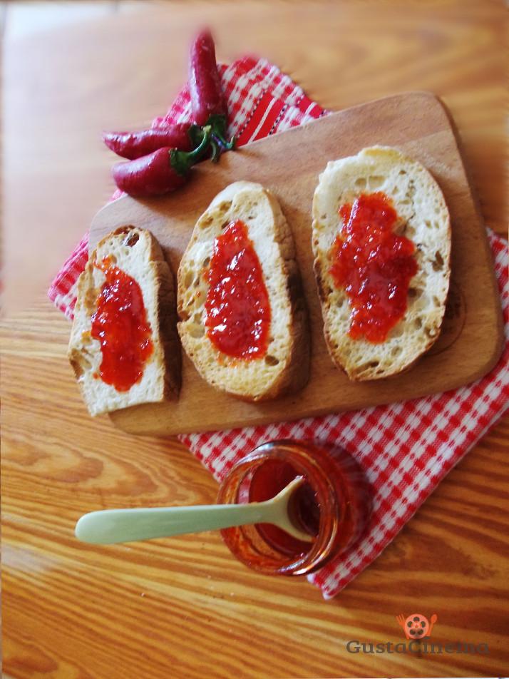 crostini marmellata peperoncini piccanti