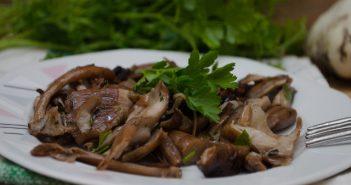 Funghi trifolali in padella con aglio e prezzemolo