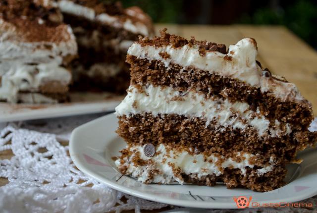 Torta al cioccolato con crema al latte e gocce di cioccolato | Il ...