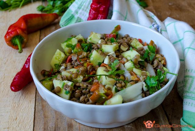 Insalata di lenticchie con cetrioli e peperoni