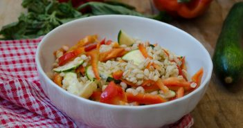 Insalata di orzo con zucchine e peperoni