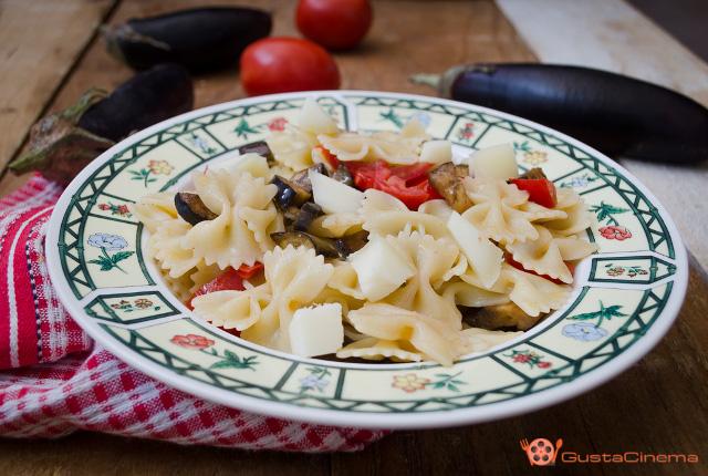 Pasta fredda melanzane pomodorini e mozzarella