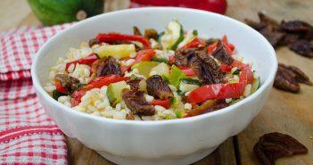 Insalata di orzo con prugne zucchine e peperoni