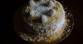Torta raffaello con cioccolato bianco, mandorle e cocco