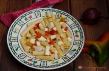 Pasta con peperoni rossi e feta