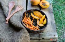 Bowl di lenticchie nere albicocche e carote