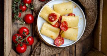 Paccheri con pomodorini confit e granella di pistacchio